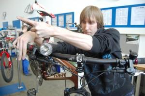 Nicky Weber, 25 und kurz vor der Abschlussprüfung, justiert den Bremshebel seines Mountainbikes. Nach mehreren Anläufen hat er als Fahrradmonteur einen Beruf gefunden, der ihn begeistert.