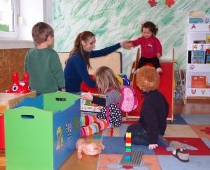 Fröhliches Gewusel in der Kinderbetreuungseinrichtung 'Kleine Raupe' auf dem Lindenhof.