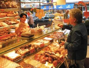 Gut geschult und immer freundlich: Fachverkäuferin im Lebensmittelhandwerk - Bäckerei. Foto: ZukunftBeruf