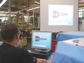 Werkzeugmechaniker - auch am Computer Perfektionist. Foto: ZukunftBeruf