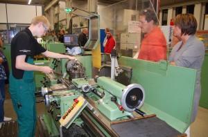 Einblick in ihre Ausbildungswerkstätten gewähren Mannheimer Unternehmen - hier John Deere - bei der Nacht der Ausbildung.