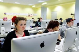 Ausgerüstet mit einem persönlichen Laptop, erarbeiten sich die Schülerinnen und Schüler der PHS die gängige kaufmännische Software