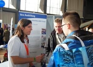 Intensive Gespräche auf der Messe Einstieg Beruf Karlsruhe.