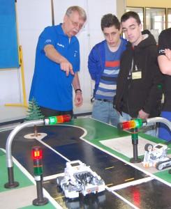 BU: Gut auf das Unternehmen und das Berufsbild vorbereitet und natürlich bleiben – so punktet man im Bewerbungsgespräch: Dr. Rainer Kuntz, Leiter der Ausbildung und Personalentwicklung der Freudenberg Service KG. Hier erläutert er ein Robotik-Projekt der Mechatroniker-Azubis.
