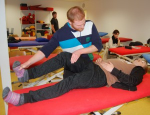 PNF ist eine Behandlungsmethode, die auf dem Zusammenspiel zwischen Nerven und Muskeln aufbaut und die Bewegungsfähigkeit verbessert, zum Beispiel nach Schlaganfall.