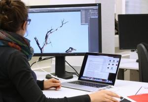 Grafikdesignschülerin bei der Bildbearbeitung