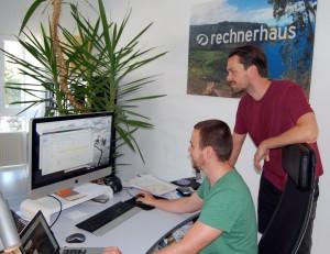 Danny Schmitt (sitzend) und Clemens Weidenauer, die Inhaber vom Rechnerhaus Lampertheim, entwickelten auch eine App für ZukunftBeruf.