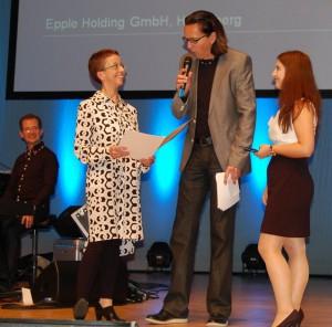 Moderator Chako Habekost im Gespräch mit Karin Raule-Rohr (links), die den Preis der GBG Mannheimer Wohnungsbaugesellschaft an die landesbeste Immobilienkauffrau Melanie Scholz überreichte.