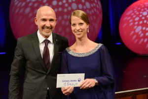 Meisterin des Jahres 2015: Konditorin Viviane Grünewald. Ihre Leistung würdigt Filialdirektor Jens Intelisano-Knollmann von der Signal Iduna Versicherungsgruppe mit einem Sonderpreis. Foto: Rittelmann