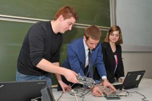 ProKaTim: Deutsche und rumänische Studierende arbeiten in gemischten Teams mit Signalprozessoren. Foto: I. Geyer