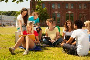 Entspannt lernen auf der Campuswiese der TH Wildau. Foto: Clemens Barth