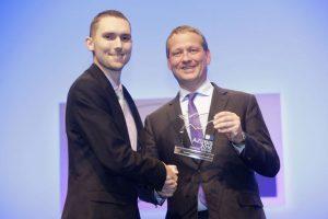 DIHK-Präsident Eric Schweitzer überreichte Manuel Müller die Auszeichnung zum bundesweit besten Azubi 2016 im Beruf Fahrradmonteur. Foto: DIHK/Schicke