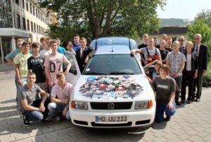 Freudenberg in Weinheim schreibt ein Stück Ausbildungsgeschichte: Schlüsselübergabe des von Azubis und Schülern zum Elektroauto umgebauten VW-Caddy, der auf dem Firmengelände die Post ausfährt.
