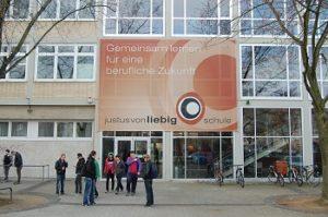 """""""Die eigenen Gestaltungsmöglichkeiten erweitern, verknüpft mit Qualitätsmanagementprozessen, um ein Höchstmaß an Professionalität zu erreichen - die Justus-von-Liebig-Schule reagiert beispielhaft auf sich verändernde Rahmenbedingungen und agiert zukunftsweisend."""" - Katrin Höninger, Leiterin des Referats berufliche Schulen am Regierungspräsidium Karlsruhe, über die Mannheimer Brennpunktschule."""