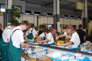Mannheims Nacht der Ausbildung: In der Ausbildungswerkstatt bei John Deere zeigen angehende Elektroniker Grundlagen der Installationstechnik.