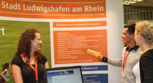 Rund 300 Berufsbilder werden von Ausbildern und Auszubildenden kompetent erklärt. Bei der Stadt Ludwigshafen reicht das Angebot von Bauzeichner bis Vermessungstechniker.