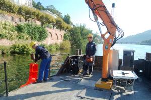 Tim Wetzig (rechts) und Philip Becker an Bord der 'Tiefburg'