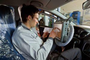 Kfz-Mechatroniker, nach wie vor auf Platz 1 der neu abgeschlossenen Ausbildungsverträge bei den Männern. Foto: ZDK AutoBerufe