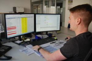 In seinem Wunschbereich Prozessmanagement arbeitet Patrick Rapp nach seinem dualen Bachelor-Studium Energiewirtschaft bei Thüga Energienetze in Schifferstadt.