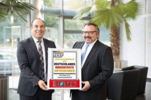 Geschäftsführer Timo Mosca (rechts) und Vertriebs- und Marketingleiter Alfred Kugler mit der Urkunde des Innovationspreises 2017 von Focus und Focus Money für die Mosca GmbH.
