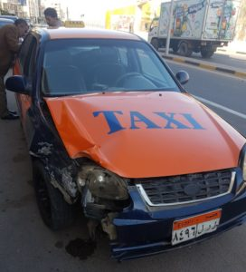Das Taxi sieht schrottreif aus.