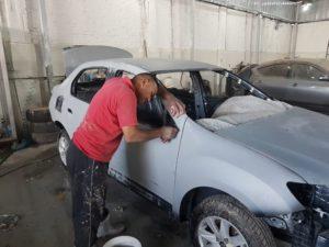 Hassan Negah beim Feinschliff an einem Totalschaden…