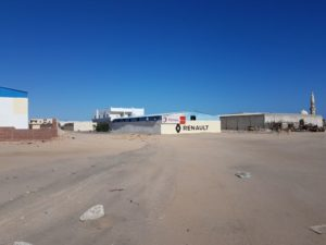 Und so sieht die Werkstatt von außen aus. Die Lackierarbeiten übrigens wurden nicht in der Wüste, sondern in einer sterilen Lackierkabine durchgeführt und müssen den Vorgaben von Renault gemäß europäischen Standards entsprechen.