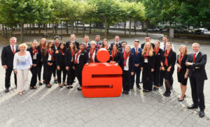 Starkes Team: Ausbilder und Auszubildende.