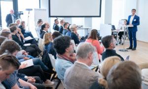 Dr. Markus Gomer präsentiert die Ansätze der Bildungsstrategie Rhein-Neckar. © Freudenberg Gruppe