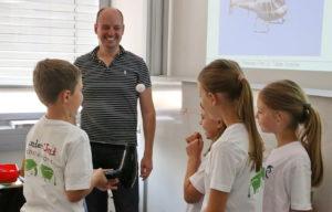 """Komplexe Inhalte werden plötzlich kinderleicht: Prof. Tobias Grosche bei seinem Workshop """"Wie fliegt ein Flugzeug?"""" Foto: Joel Heinze"""