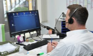 """Virtuelles Klassenzimmer: BBW-Lehrer Thorsten Ringwald unterrichtet seine Schüler über das Konferenzsystem """"Vitero"""". Foto: Andreas Lang"""